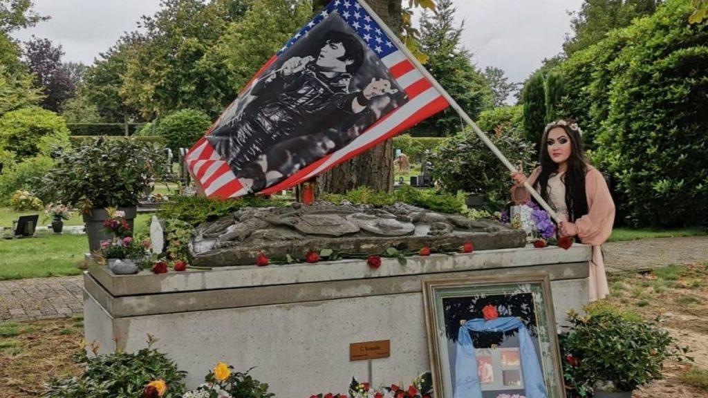 Dochter Lisa-Marie met Elvis-attributen bij de grafkelder van vader Cor.