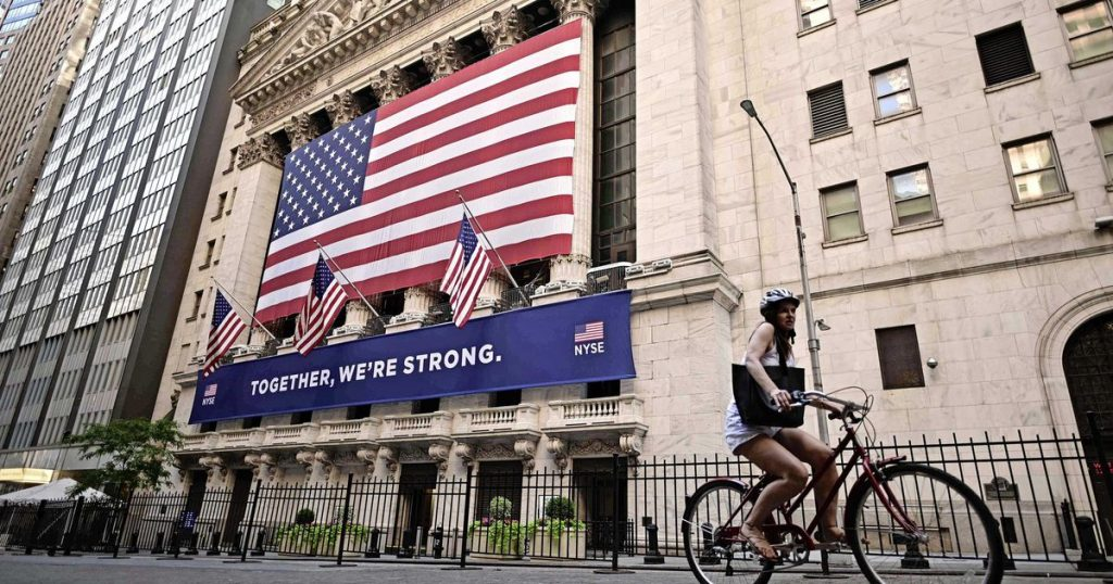US stocks close divided after infrastructure plan green light    Financial