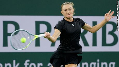 Sasnovich returns Raducanu's shot.  The 27-year-old Belarusian reached the 30th career high in 2018.